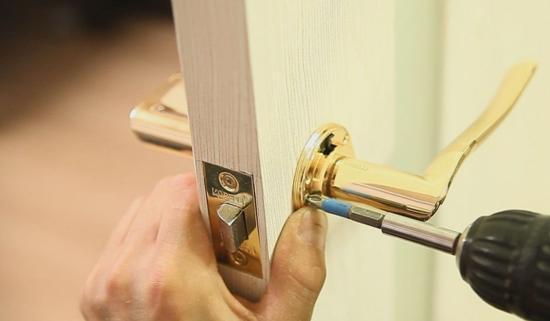 Demontazh dvernoj ruchki - Как починить дверь своими руками