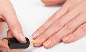 gel lak poshagovo2 300x181 - Как сделать маникюр или починить сломавшийся ноготь гель-лаком
