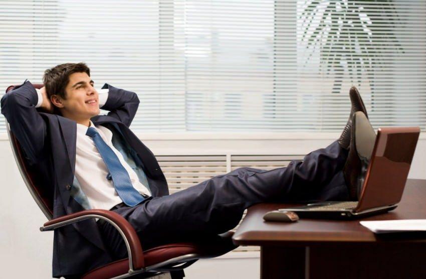 muskarac u kancelariji 1371574940 4854 mini - Как починить сломанное компьютерное кресло или стул
