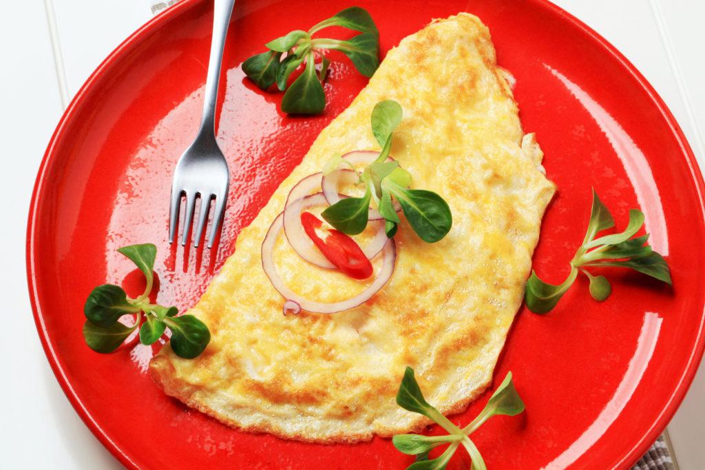 1e5d01acfc891c6222889f5ba478402f 1024x683 - Как приготовить вкусный омлет на сковороде и в духовке