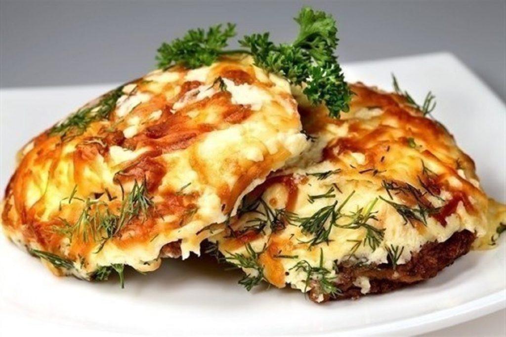myaso po francuzki 1024x682 - Как вкусно приготовить бедра курицы или индейки