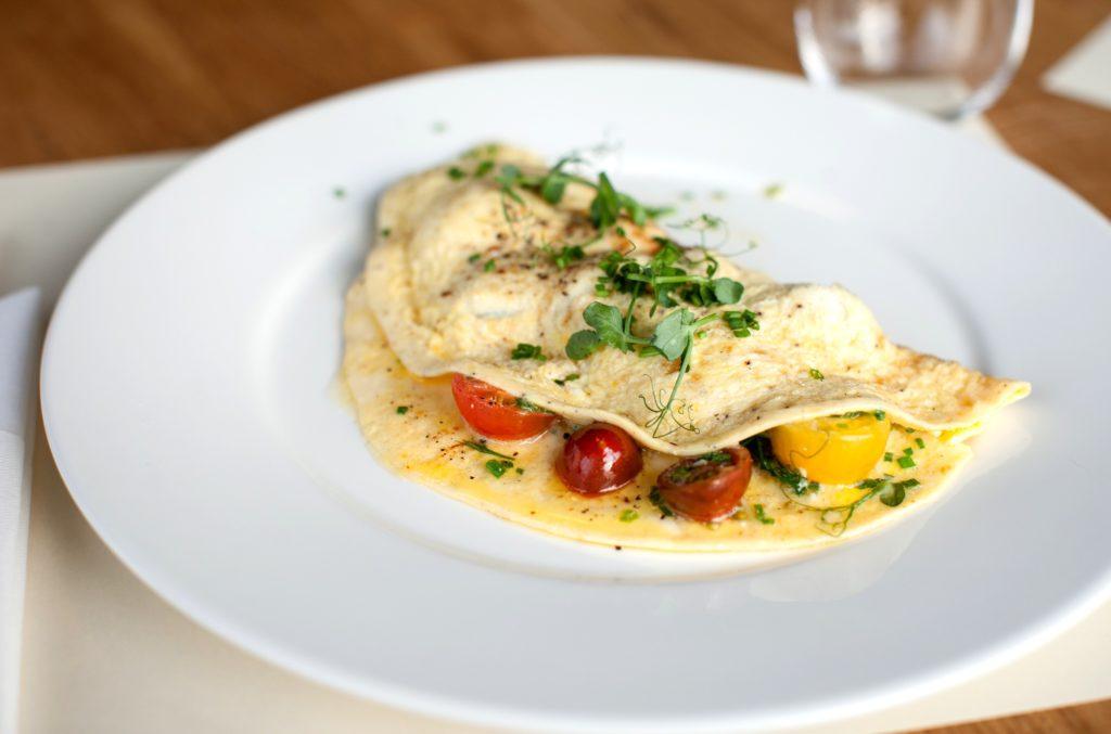 p O 1024x677 - Как приготовить вкусный омлет на сковороде и в духовке