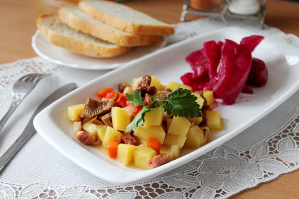 tushenaya kartoshka s gribami 1522845299 11 max 1024x682 - Как вкусно приготовить грибы