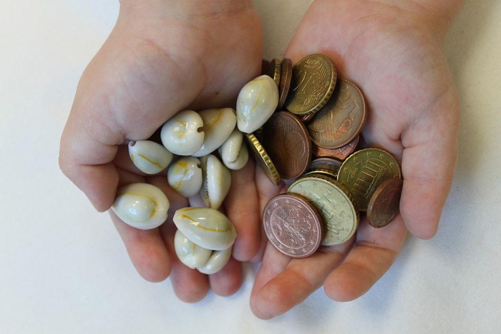 1280px Cowry money Monetaria annulus an Euro cent coins 2 1024x682 - История возникновения и развития денег в России и мире