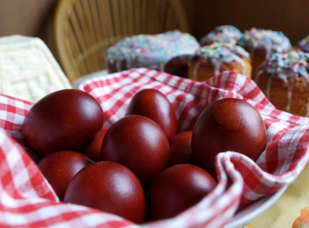 kak pokrasit yaca 1024x755 - Почему на пасху красят яйца и как это сделать оригинально