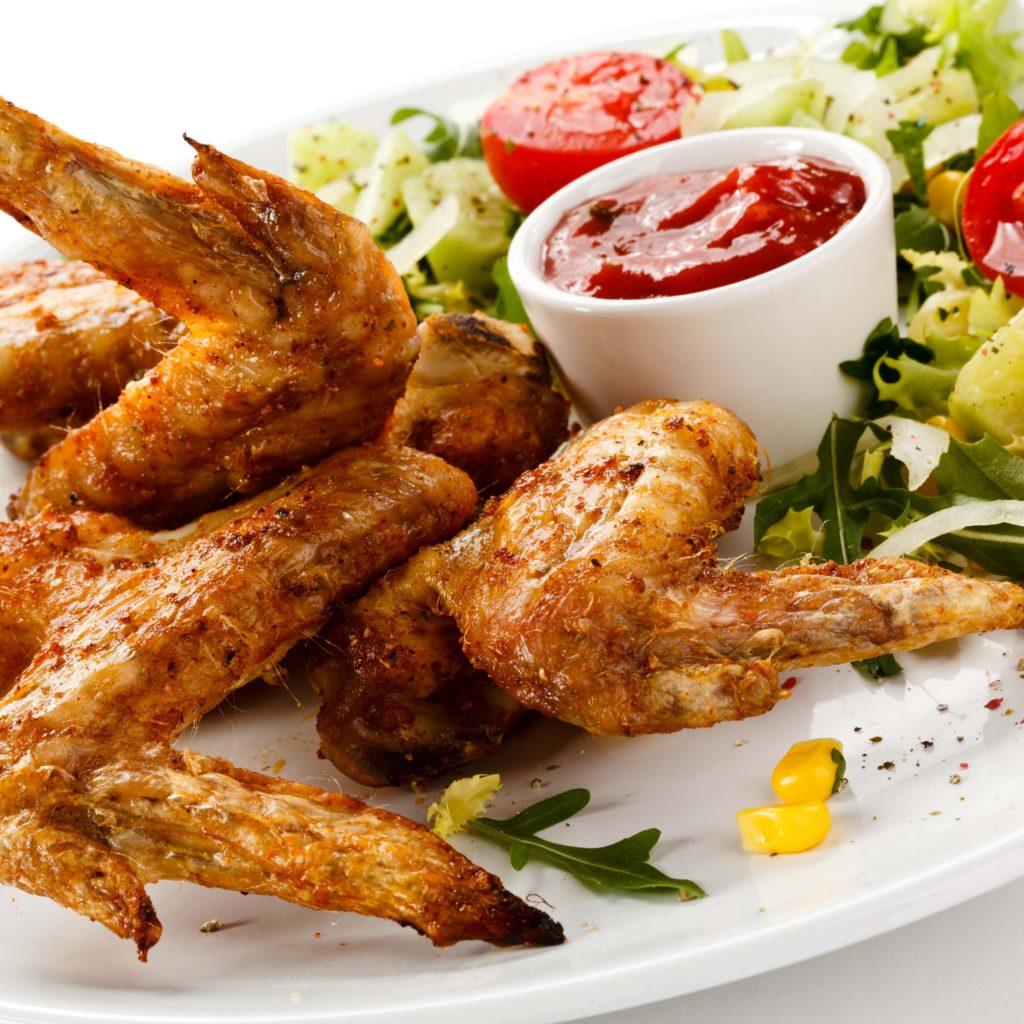 kurinye krylyshki tarelka ketchup salat pomidory priprava 77918 3415x3415 1024x1024 - Как вкусно приготовить крылышки