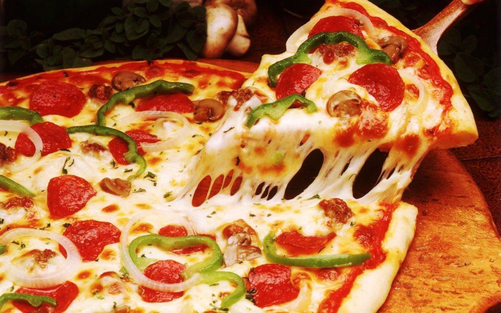 spicy italian pizza 1024x640 - Как сделать пиццу в домашних условиях