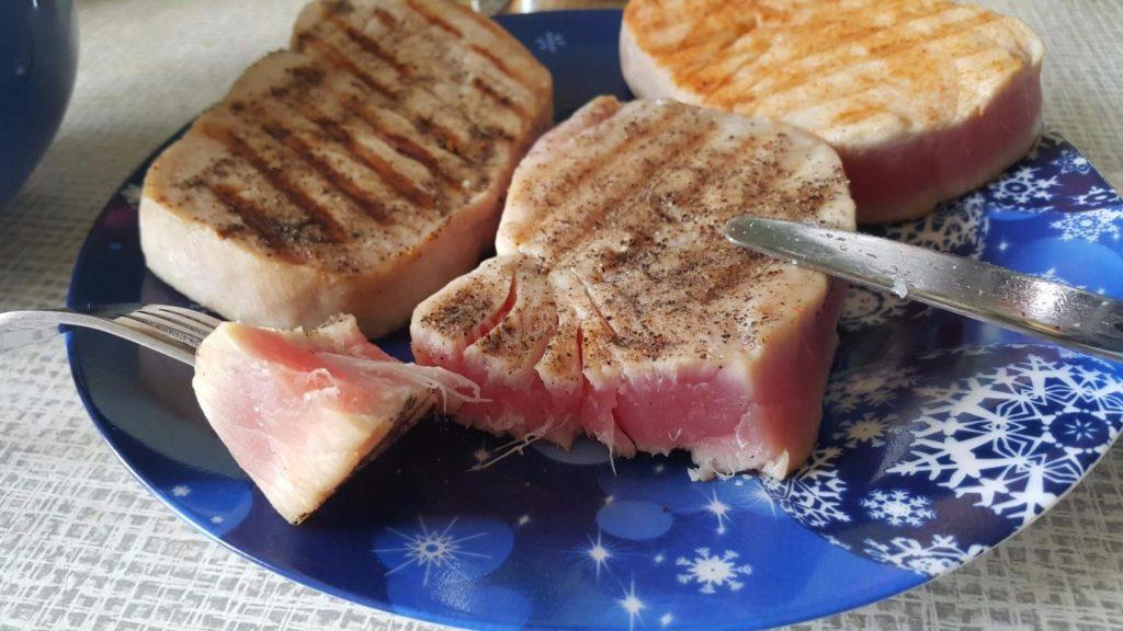 steik tunca na skovorodke gril 1499579991 3 max 1024x576 - Как приготовить стейки или отбивную дома