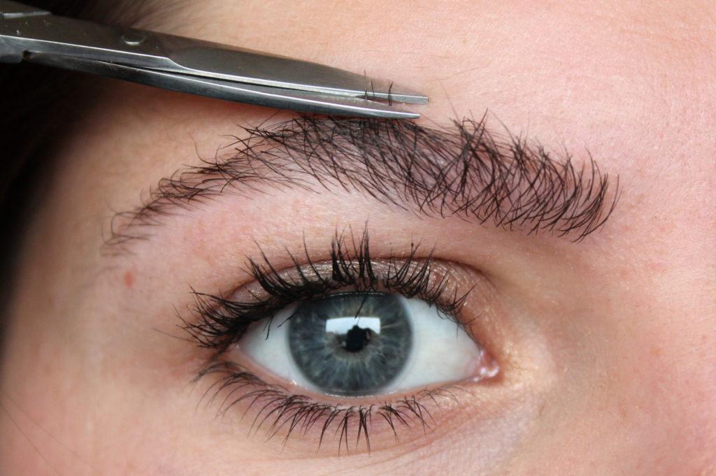 strizhka brovi 1024x681 - Как сделать красивые брови