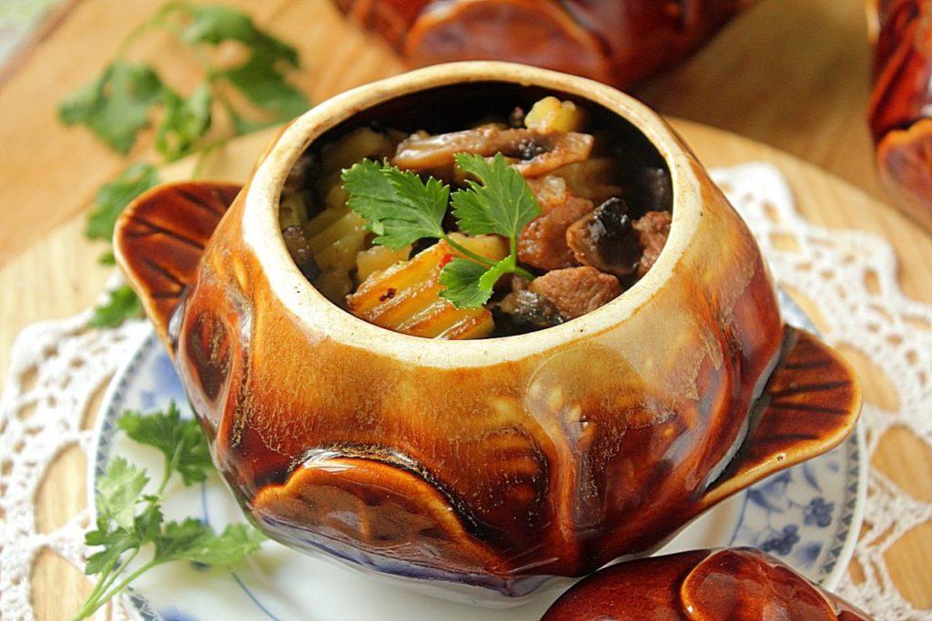 zharkoe v gorshochke iz kuricy s chernoslivom 1024x683 - Как вкусно приготовить куриные желудки