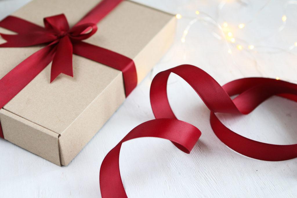 2 b26a17847db40e86244ae06f1bc44ddf 1024x683 - Как сделать подарочную коробочку своими руками